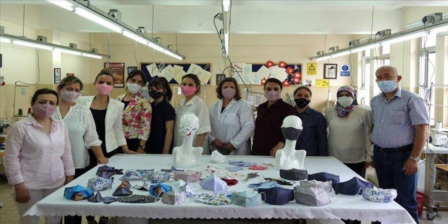 """Meslek lisesinin kadın öğretmenlerinden """"özel tasarım"""" maskeler"""