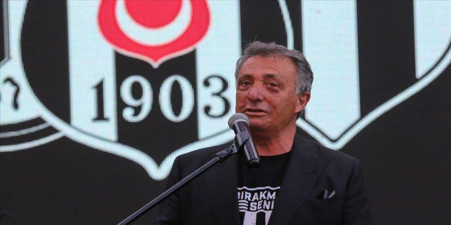 Beşiktaş Başkanı Çebi'den engelli taraftarın babasına 'Yılın Babası' ödülü
