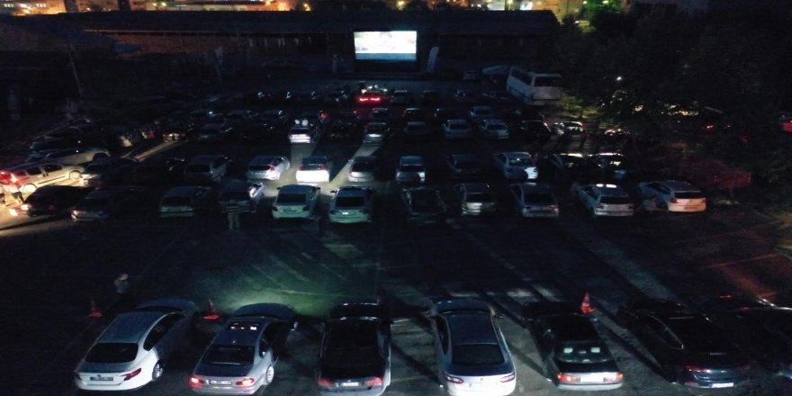 Bir ilçede daha arabada sinema keyfi yaşandı