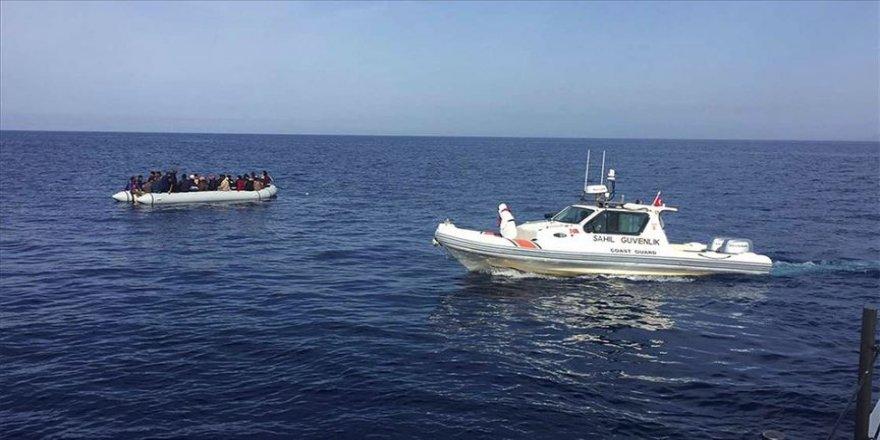 İzmir'de Yunan güvenlik güçlerince Türk kara sularına bırakılan 36 düzensiz göçmen kurtarıldı