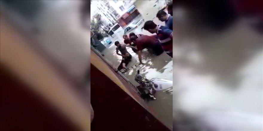 Esenyurt'ta su basan evden kurtarılan 3 çocuk hastaneye kaldırıldı