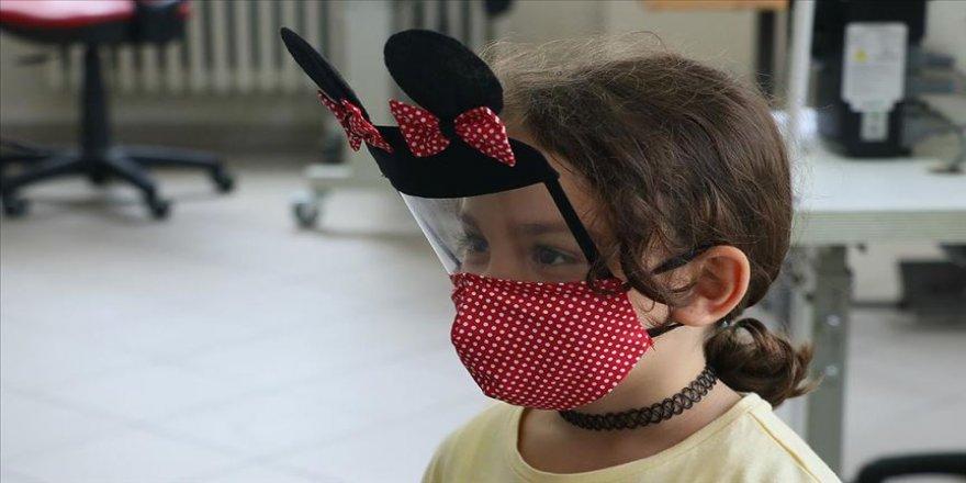 Çocuklara kendilerini 'kahraman' hissettiren maskeler tasarladılar