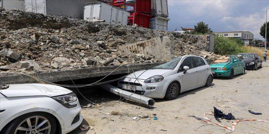 Esenyurt'taki toprak kaymasında istinat duvarı araçların üzerine yıkıldı