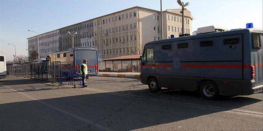 Diyarbakır'da aralarında eski HDP'li belediye başkanlarının da bulunduğu 42 kişi hakkında gözaltı kararı
