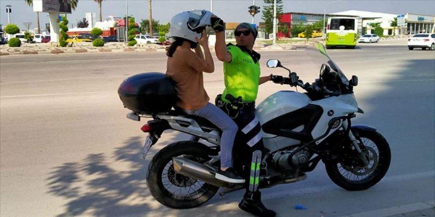 Motosikletli trafik polisleri araçlarıyla yolda kalan kız kardeşleri sınava yetiştirdi
