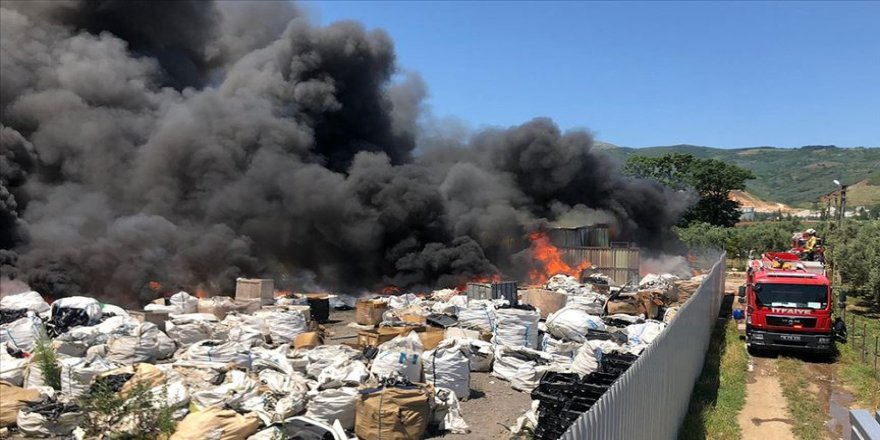 Bursa'da yangın çıkan geri dönüşüm tesisi kullanılamaz hale geldi