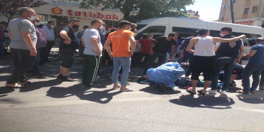 Gebze'de motosiklet karşıya geçmeye çalışan yayalara çarptı