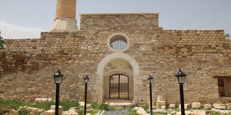Taç kapısıyla ünlü asırlık cami, süslemeleriyle de dikkati çekiyor