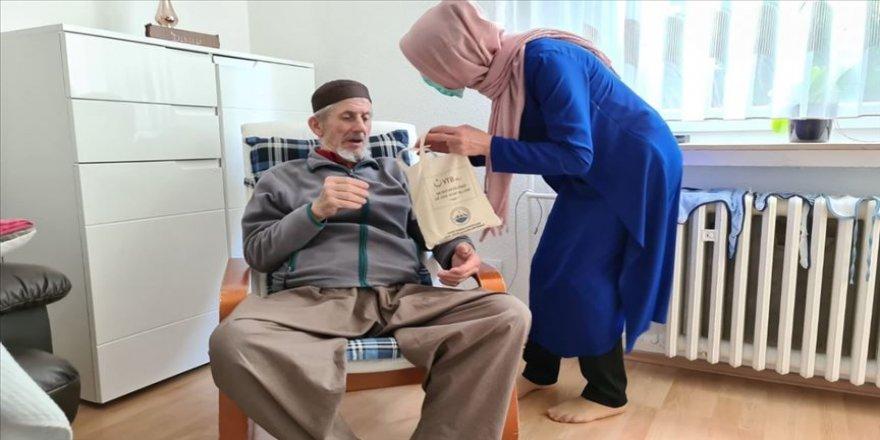 Almanya'da YTB desteğiyle 60 yaş üzerine hijyen paketi dağıtıldı