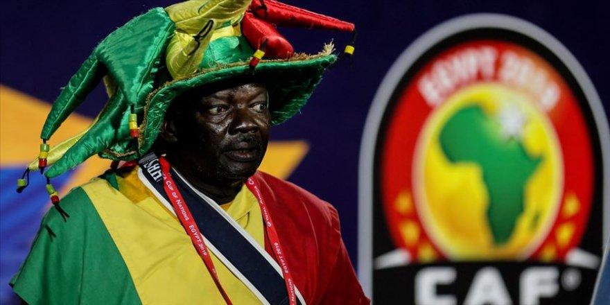 Afrika Futbol Konfederasyonu, Kamerun'da düzenlenecek olan 2021 Afrika Uluslar Kupası'nı 2022 yılına erteledi.