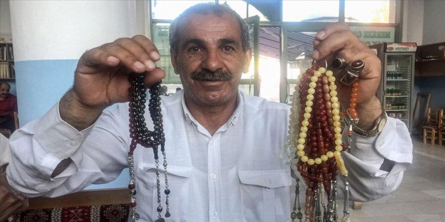 Kendisini dolandıran satıcıya kızıp tespih satmaya başladı