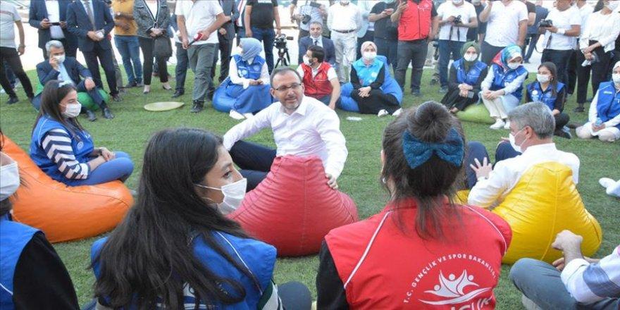 Bakan Kasapoğlu Malatya'da bakanlık yatırımlarını inceledi, gençlerle bir araya geldi