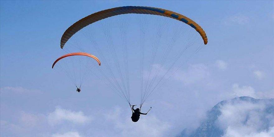 Adrenalin tutkunlarının 'maskeli' uçuş keyfi