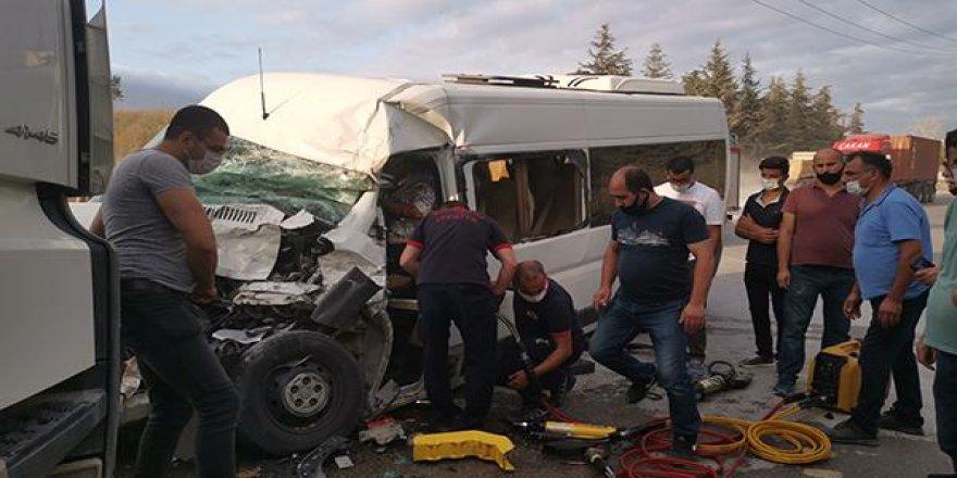 Gebze'de işçi servisi ile hafriyat kamyonu çarpıştı !
