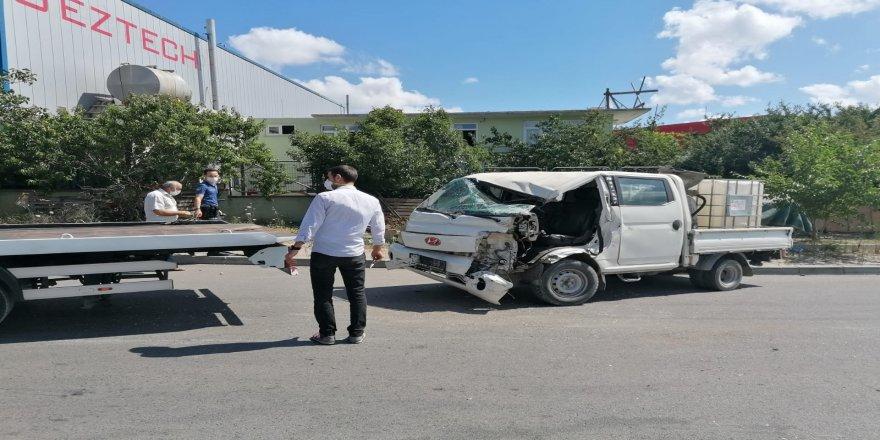 Gebze'de iki araç çarpıştı sürücü araç içinde sıkıştı