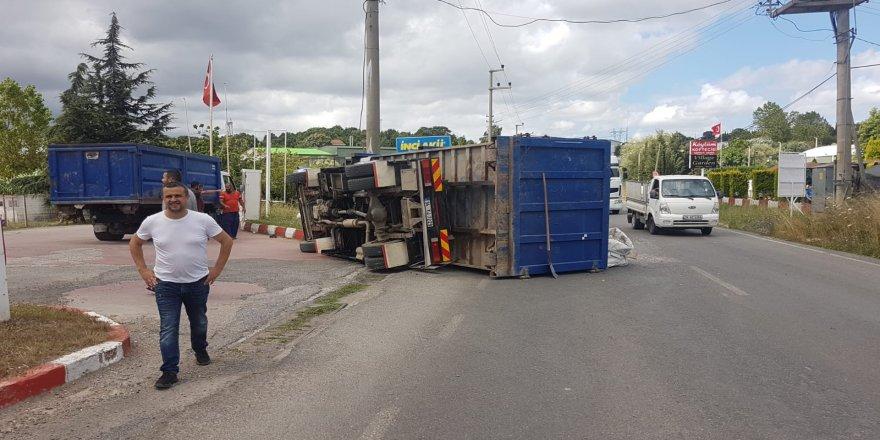 Gebze'de direksiyon hakimiyetini kaybeden kamyon devrildi