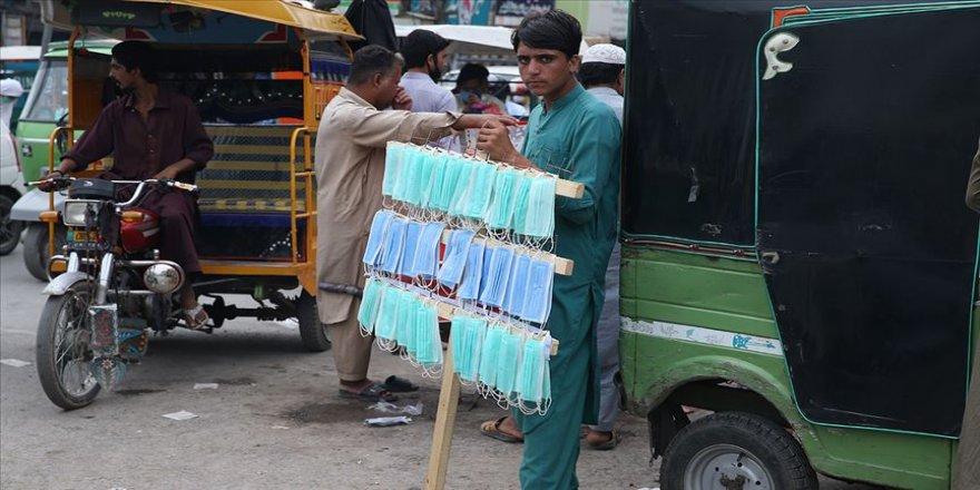 Pakistan'da Kovid-19 kısıtlamalarının kalkmasıyla ölü ve vaka sayısı 8 kat arttı