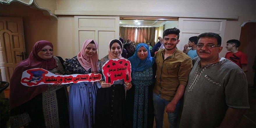 İsrail ablukasının kara bulut gibi çöktüğü Gazze'de öğrenciler başarılarıyla güneş gibi doğdu