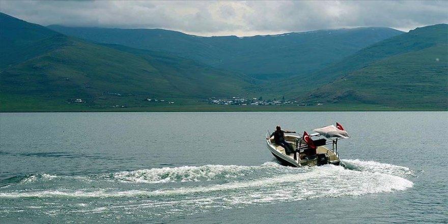 Kışın atlı kızak keyfi yaşanan Çıldır Gölü yazın tekne turlarıyla şenlendi