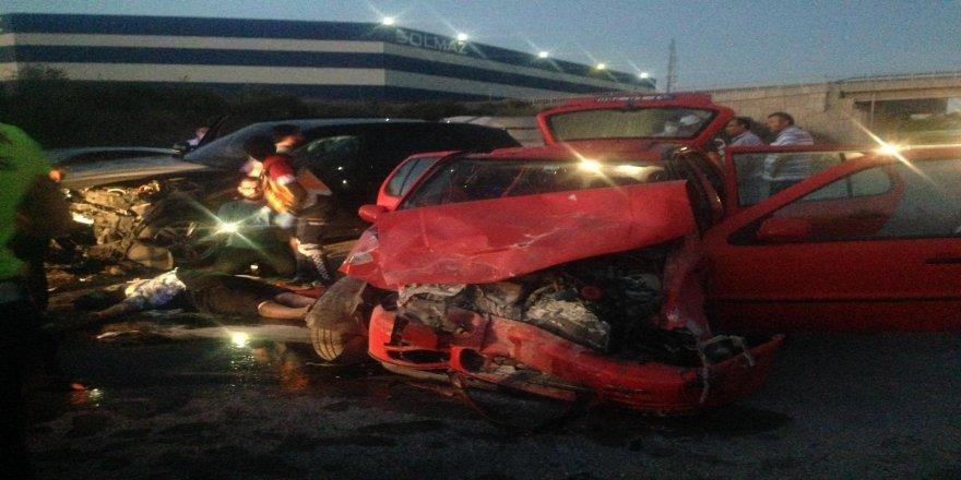 Gebze'de feci kaza ! Ortalık savaş alanına dönerken araçlardan yola savruldular