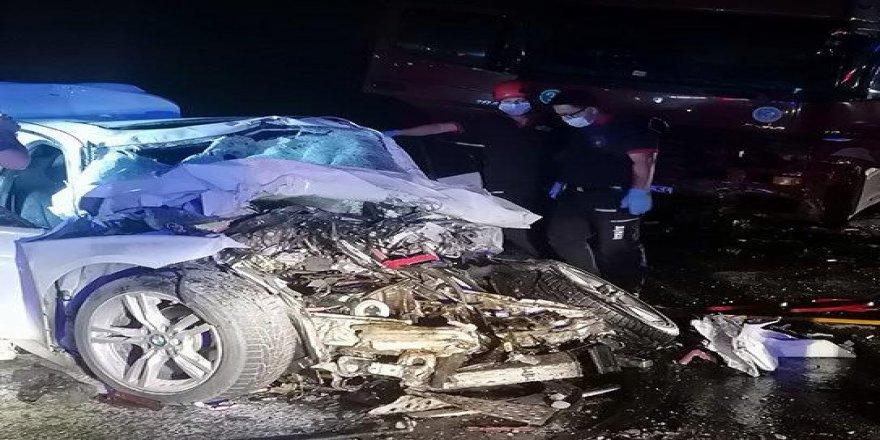 Gebze'de iki araç kafa kafaya çarpıştı ! 2 kişi öldü 1 kişi ağır yaralandı