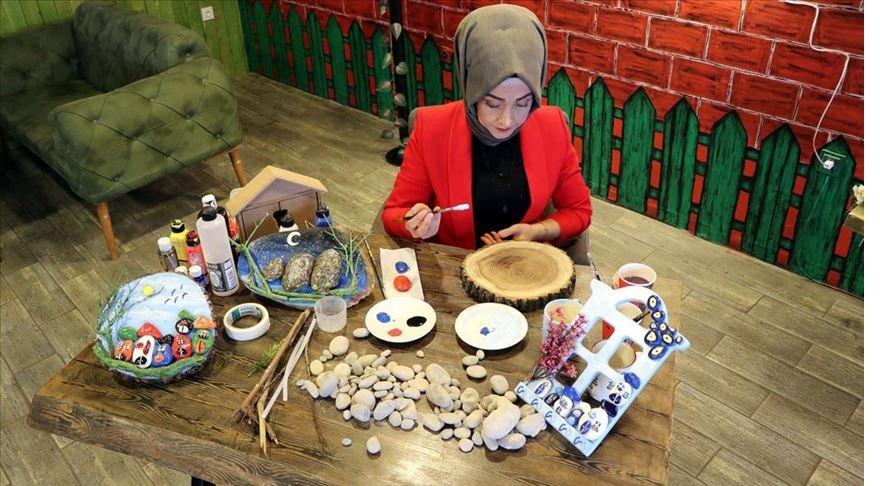 Arzu hemşire doğadan topladığı taşları sanat eserine dönüştürüyor