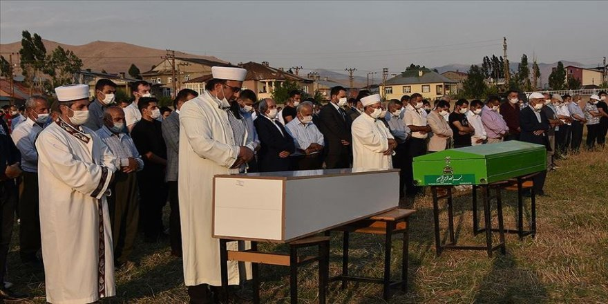 Hakkari'deki trafik kazasında yaşamını yitiren 6 kişi son yolculuğuna uğurlandı