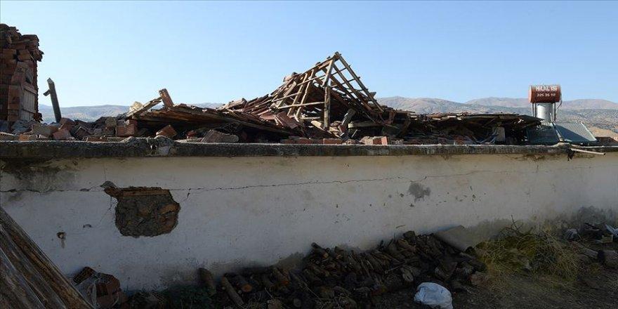 Malatya'da jandarma depremzedelerin yaralarını sarıyor