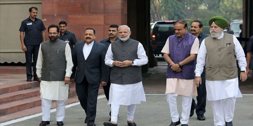 Hindistan Başbakanı Modi tartışmalı tapınağın temel atma törenine katıldı