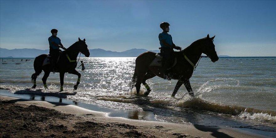 Van Gölü sahilleri atlı jandarma timlerine emanet