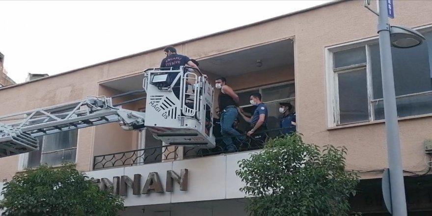 Gebze'de Silahlı Kavga ! Zanlılar vinçle binadan indirildi