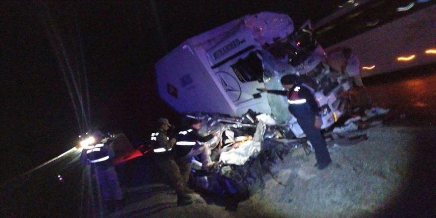 Sivas'ta kamyonla hafif ticari araç çarpıştı: 3 ölü, 1 yaralı