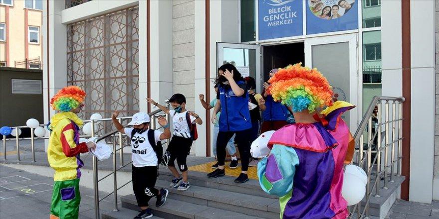 Çocuklara Kovid-19'dan korunma yollarını eğlenceyle öğretiyorlar