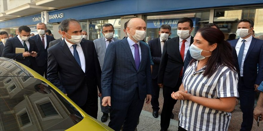 Bakan Karaismailoğlu Uşak'ta kadın şoförün çalıştığı taksi durağını ziyaret etti