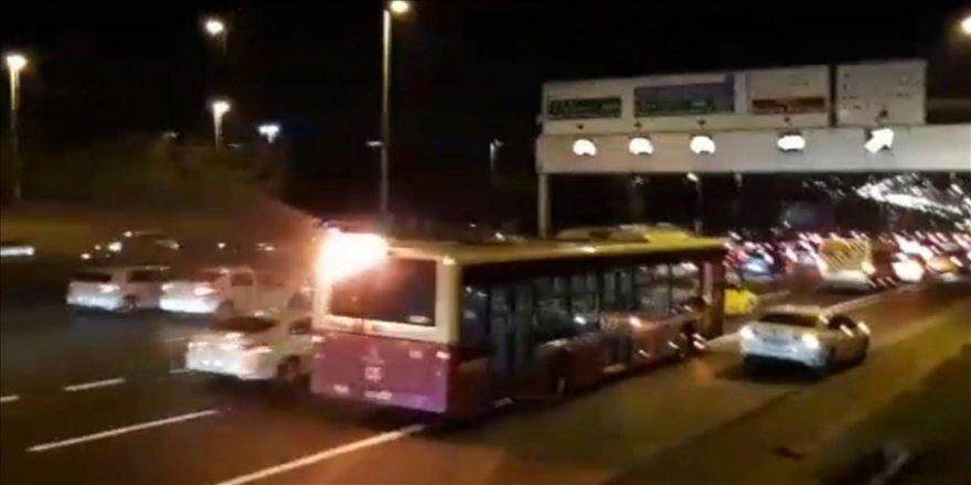 Alev alan yolcu otobüsü yoluna devam etti