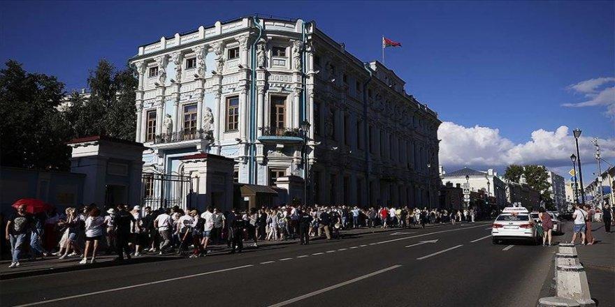 Belarus'taki cumhurbaşkanlığı seçimi sonucunu protesto eden göstericiler güvenlik güçlerince dağıtıldı
