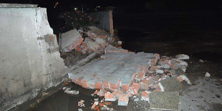 Kuvvetli sağanak ve fırtına yıktı geçirdi !  8 metrelik beton duvarlar yıkıldı