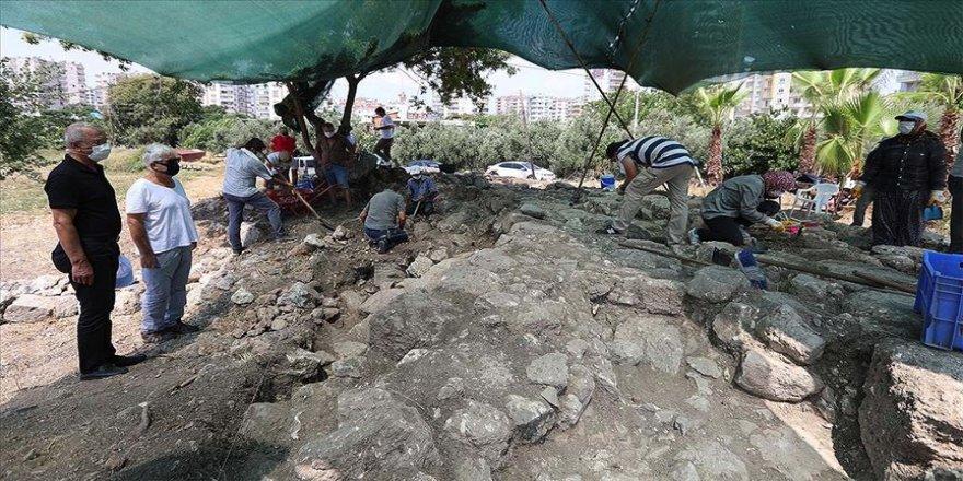 Mersin'de şair Aratos'un anıt mezarı kazılarında iç duvara ulaşıldı