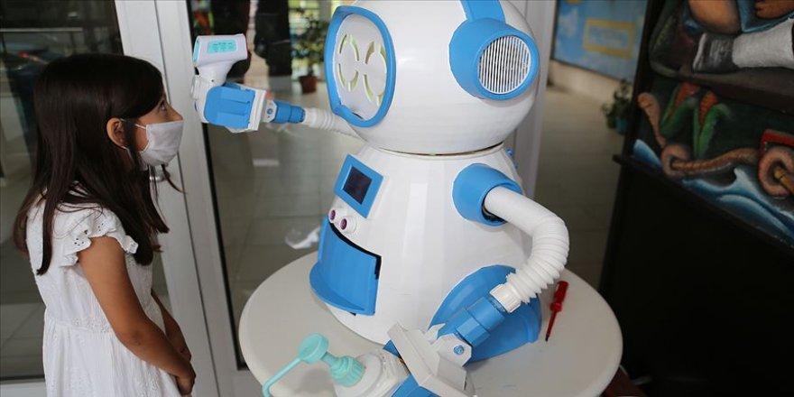 Ateş ölçüp dezenfektan sıkan, maske veren robot geliştirdiler