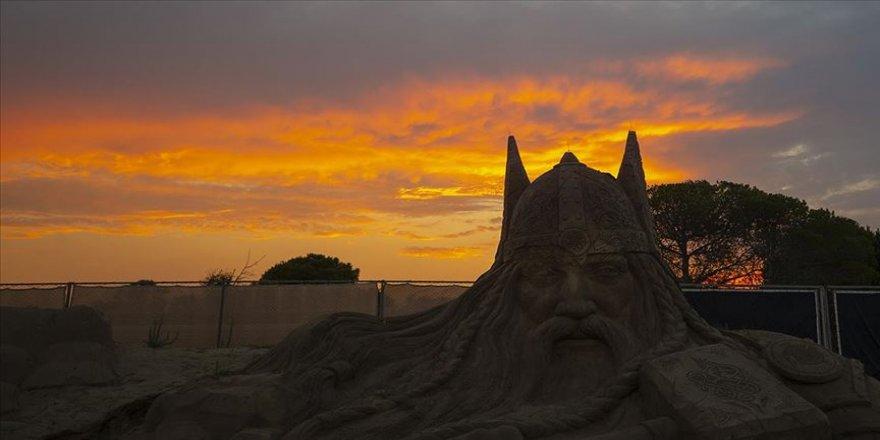 Antalya'da kum heykeller gün batımında sunduğu eşsiz manzarasıyla etkiliyor