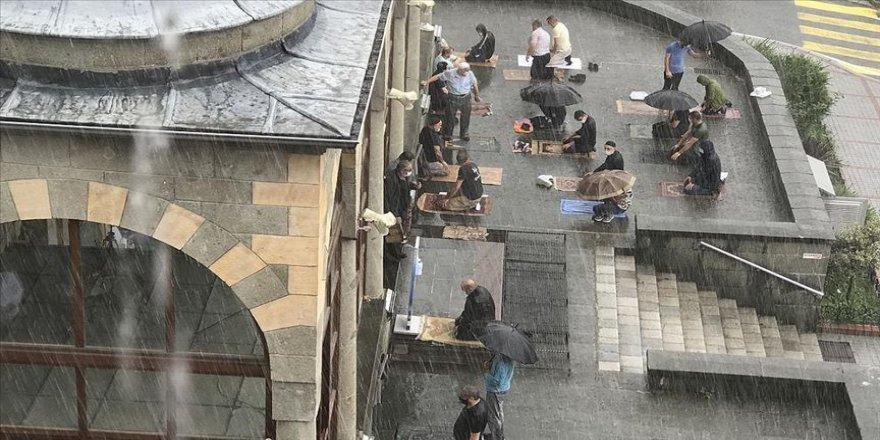 Rize'de cuma namazı yağmur altında kılındı
