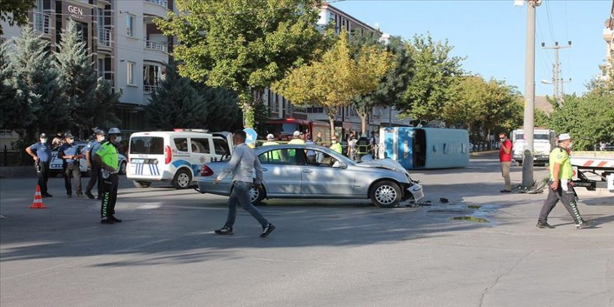 Aksaray'da işçileri taşıyan minibüs ile otomobil çarpıştı: 12 yaralı