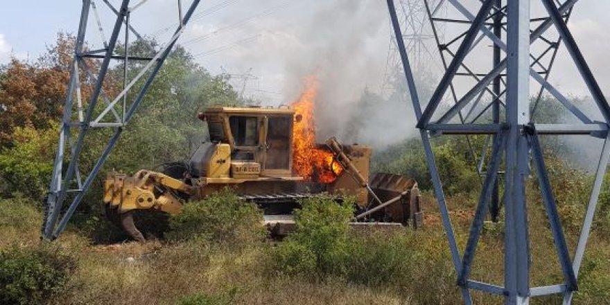 Dilovasında Yanan iş makinesi ağaçlık alanı tutuşturdu
