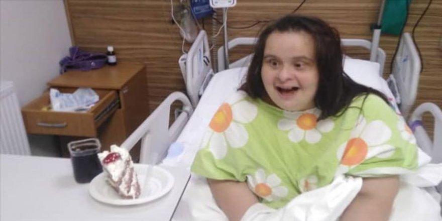 Down sendromlu Kovid-19 hastasına sürpriz doğum günü