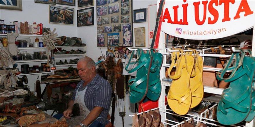 Yürüme engelli Ali usta, hayalini kurduğu ayakkabıları başkalarına giydiriyor