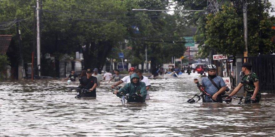 Endonezya'da şiddetli yağışlar hayatı felç etti
