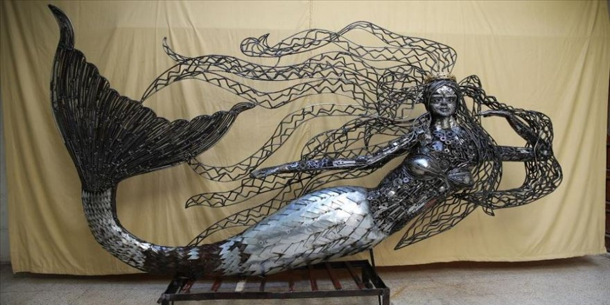 Hatay'da mozaik ustası, atık hurdalardan deniz kızı heykeli yaptı