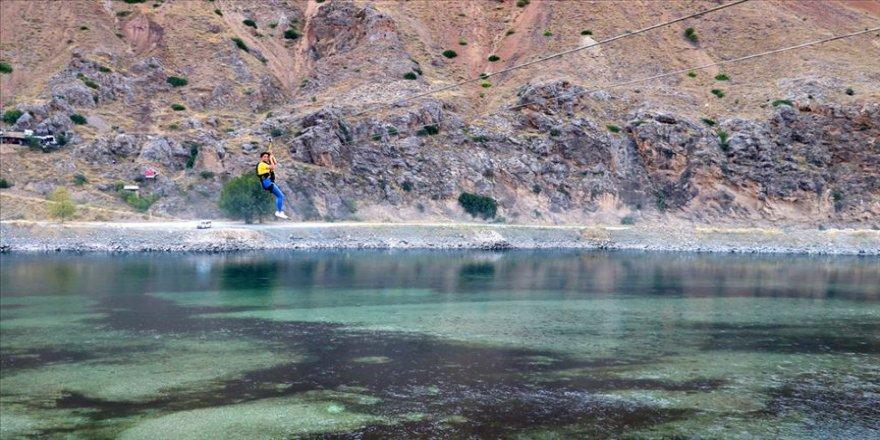 Fırat Nehri üzerine kurulan 'zipline' ilgi odağı oldu