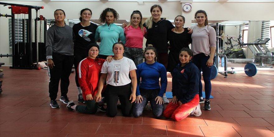 Kadın güreşçiler gözünü olimpiyatlara dikti