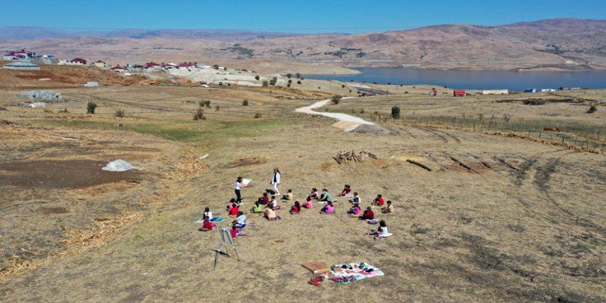 Çalıkuşu Tuğba, köylerde okuma atölyeleri kurarak öğrencilerin gönlüne dokunuyor